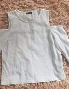 Biała bluzka odkryte ramiona