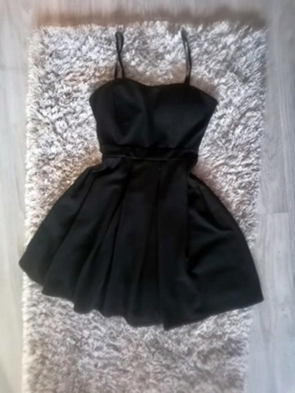 Czarna sukienka na ramiączkach rozkloszowana S