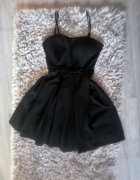 Czarna sukienka na ramiączkach rozkloszowana S...