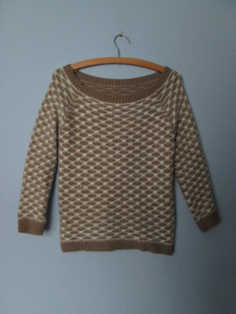 Beżowy ciepły sweterek