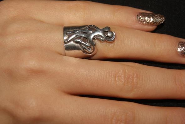 srebrny artystyczny pierścionek akt