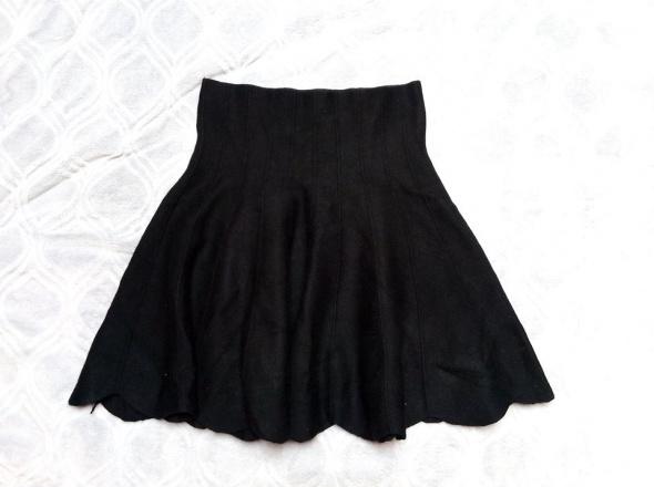 Czarna spódniczka sweterkowa