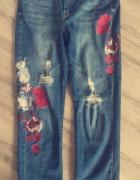 Spodnie jeansowe boyfriend z ozdobnymi kwiatami...