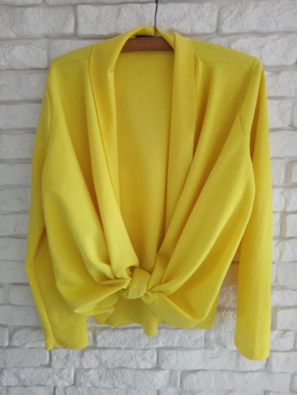 Żółty kartigan...