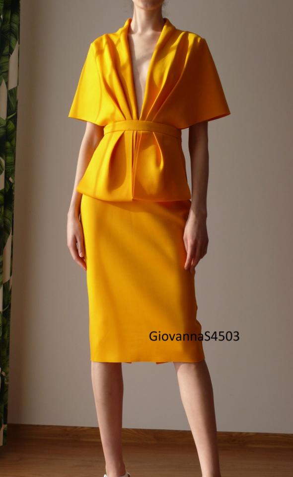 Sukienka baskinka Asos 38 M musztardowa pelerynka dekolt ozdobn...