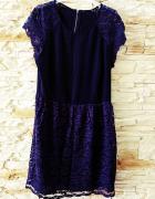 fioletowa sukienka falbankami
