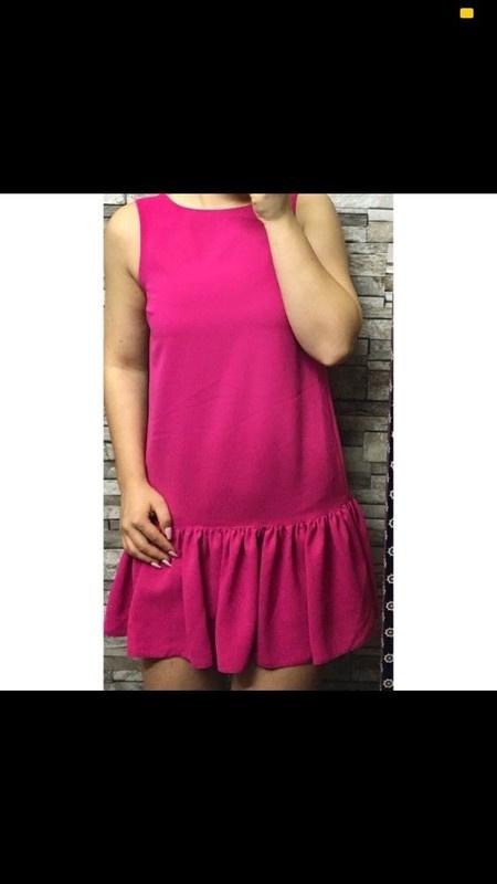 Różowa sukienka z falbankami...