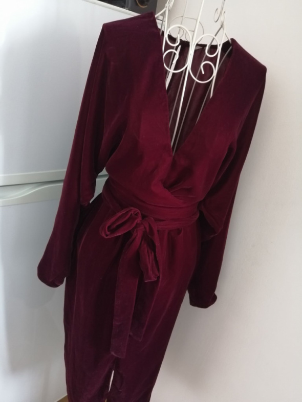 Asos welurowa sukienka kopertowa wrap burgundowa bordowa plecy wycięte