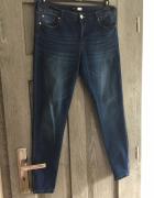 Niebieskie spodnie jeansy skiny Sinsay...
