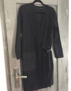 Czarna sukienka z kieszenia i paskiem House L...