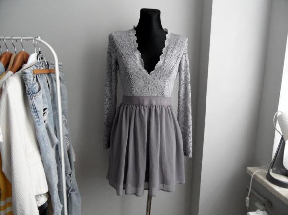 Suknie i sukienki Fioletowa sukienka z koronką rozkloszowana NLY Trend
