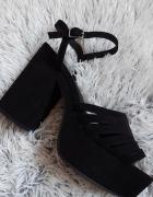 Czarne sandały na platformie...