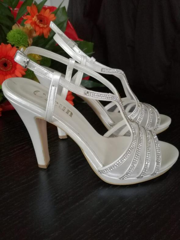 Buty ślubne w kolorze białym wpadającym w kość słoniową