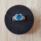 Nowy pierścionek pierścień niebieska cyrkoania oczko srebrny kolor vintage retro