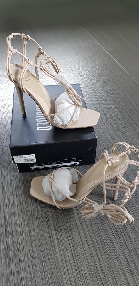 Sandały w kolorze beżowym Missguided