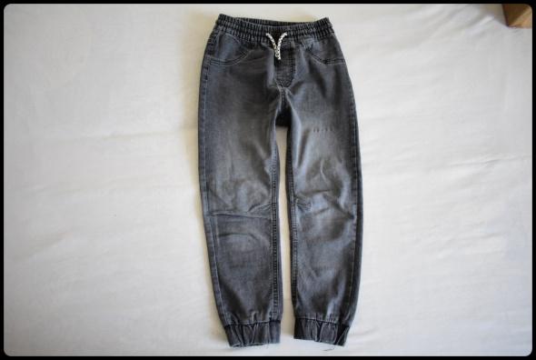 Reserved spodnie chłopięce rozmiar 134 na gumce