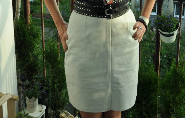 biała skórzana spódnica