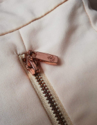 Beżowe szorty materiałowe...