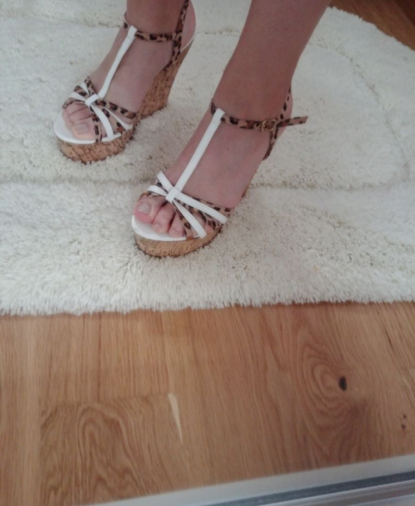 Sandały na koturnie