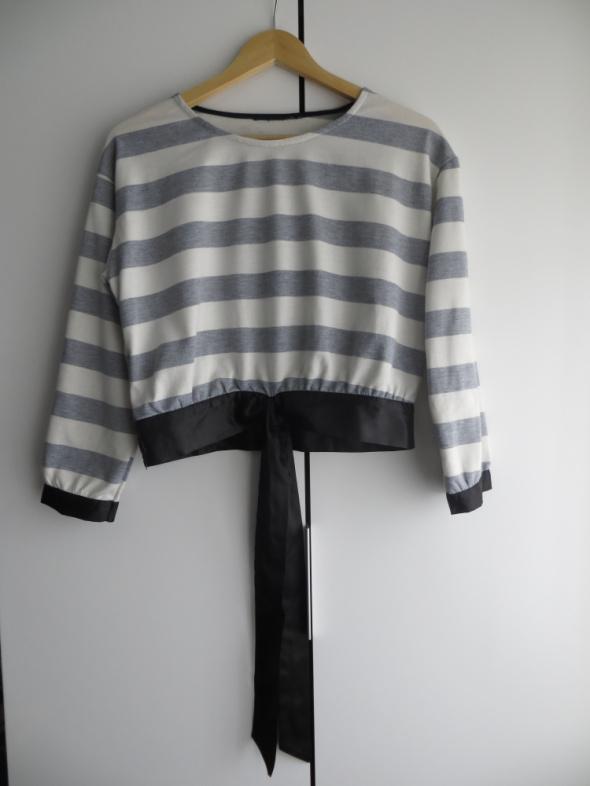 Krótka bluza w biało szare paski