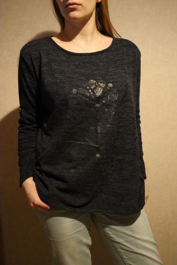 Granatowa bluza z orientalnym wzorem