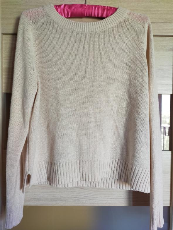 Sweterek w kolorze pudrowego różu