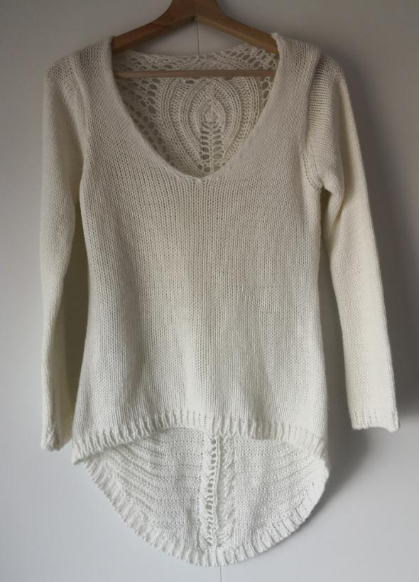 Kremowy sweter z pięknym tyłem