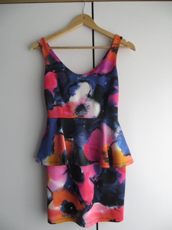 Kolorowa sukienka z baskinką