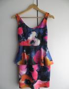 Kolorowa sukienka z baskinką...
