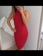 Czerwona dopasowana sukienka z półgolfem...