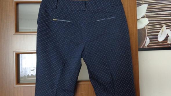 Granatowe spodnie w drobne kropeczki...