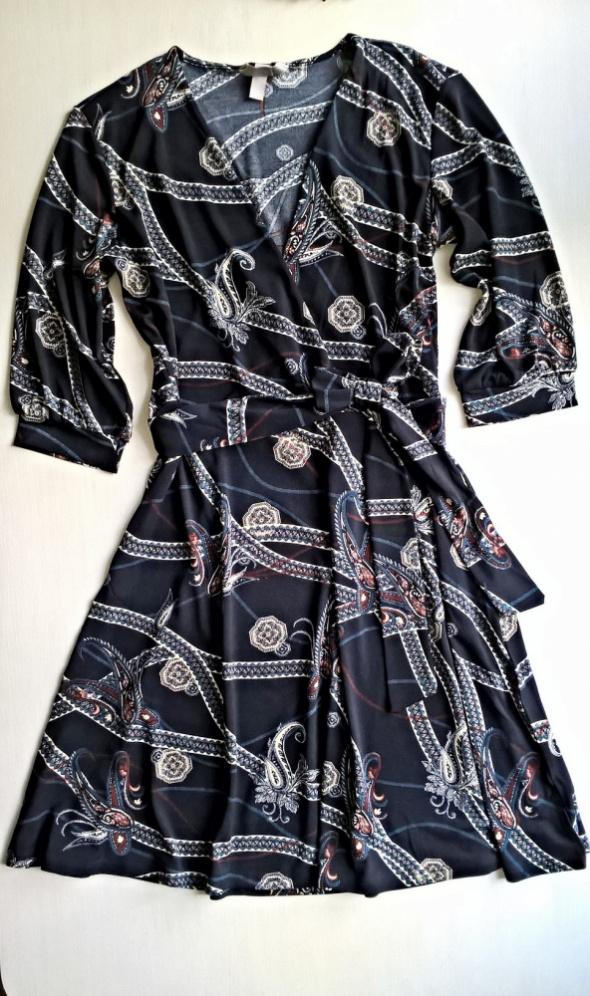 Kopertowa wzorzysta sukienka z wiązaniem S M