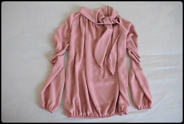 Bluzki Elegancka bluzka z wiązaniem Blu Royal rozmiar 40 L