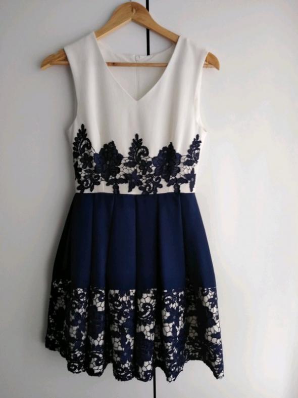 Granatowo biała sukienka