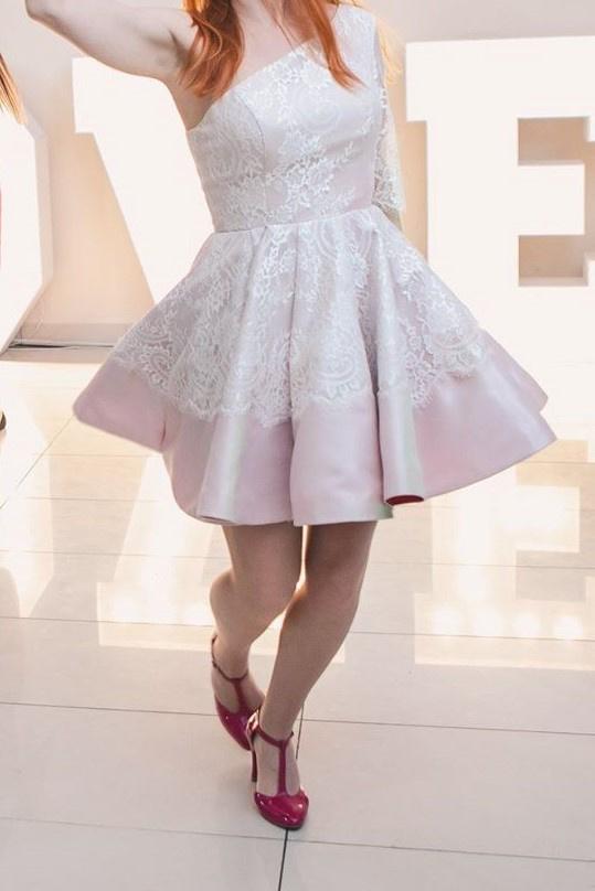 Piękna sukienka na jedno ramię