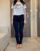 Ciemnoniebieskie dżinsy