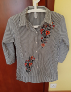 Koszula z kwiecistymi wzorami...