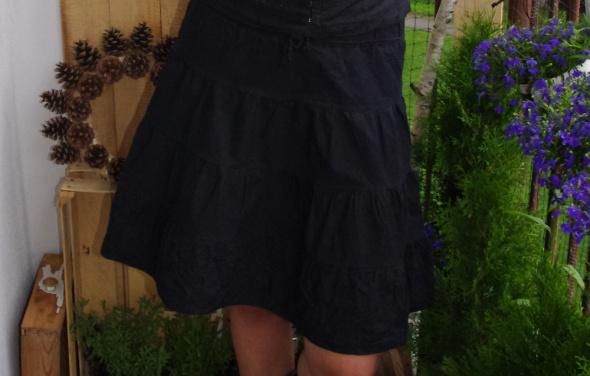 czarna rozkloszowana spódnica kowbojka