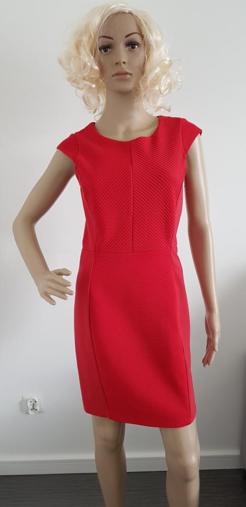 Czerwona sukienka marki H&M...