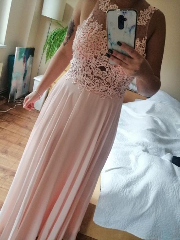 Długa pudrowa sukienka Bugati