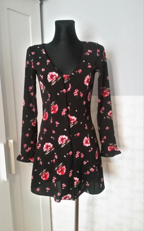 Czarna sukienka w kwiaty H&M...