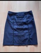 Granatowa spódnica z haftem...
