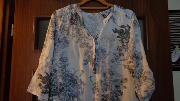 Biała bluzka z czarno niebieskim wzorem