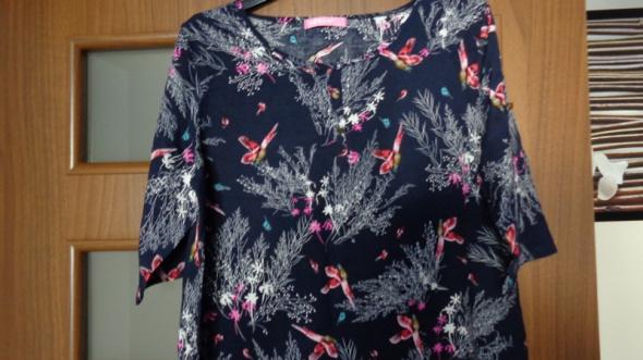 granatowa bluzka w kolorowy wzór