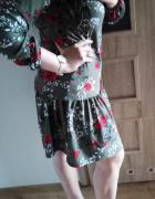 Modna sukienka z falbaną kwiatowy wzór...