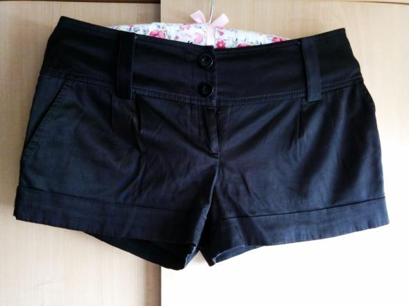 Eleganckie czarne krótkie spodenki...