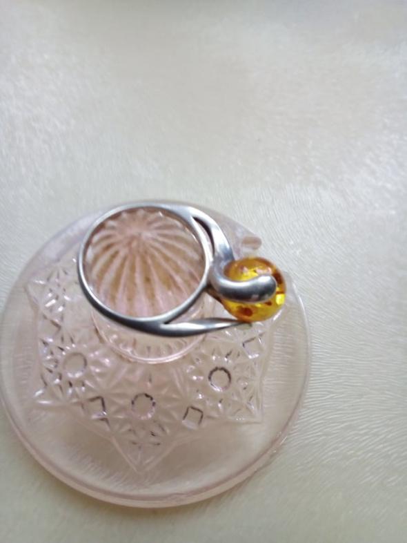 Pierścionki Srebro pierścionek z miodowym bursztynem