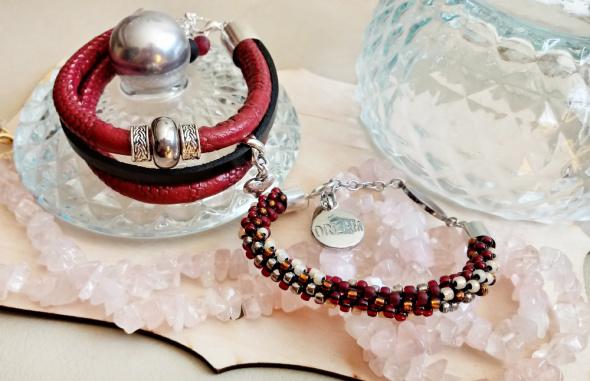 Zestaw dwóch bransoletek w kolorach czerwieni i koraliki toho
