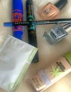 zestaw kosmetyków do makijażu i nie tylko