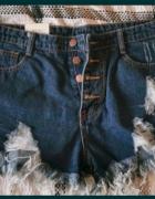 Jeansowe szorty z przetarciami...